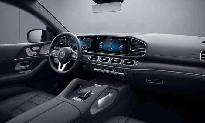 Interior tem acabamento sofisticado, com revestimento em couro, e painel com duas telas de 12,3 polegadas(foto: Mercedes-Benz/Divulgação)