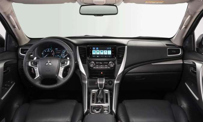 O acabamento interno é de boa qualidade e no console central o motorista tem à mão vários comandos(foto: Mitsubishi/Divulgação)