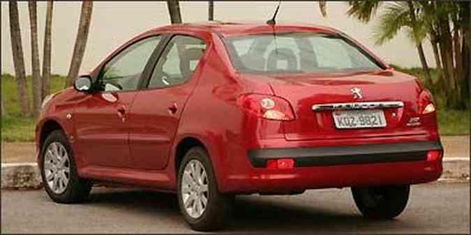 De frente <b>(acima)</b>, o carro impressiona pelos faróis e grade de grandes proporções e a harmonia do conjunto está na traseira
