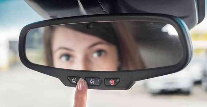 Para chamar ou atender a central, basta apertar um dos botões no retrovisor(foto: Chevrolet/Divulgação)