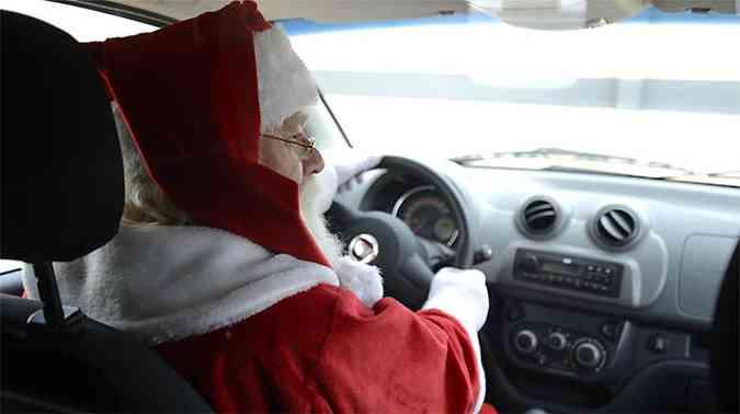 Papai Noel se sentiu bem ao volante do novo Fiorino(foto: Thiago Ventura/EM/D.A PRESS)