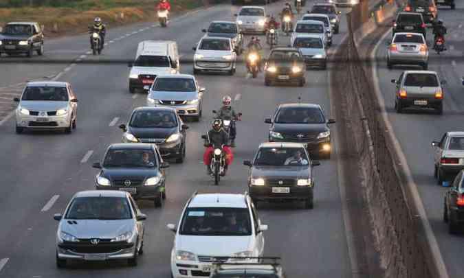 No Anel Rodoviário, em cinco minutos foram flagrados 47 veículos circulando com os faróis apagados(foto: Alexandre Guzanshe/EM/D.A Press)