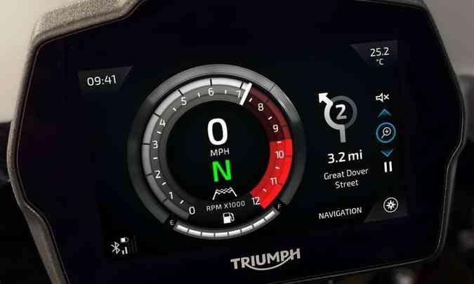 O painel em tela TFT de cinco polegadas tem conectividade com o celular...(foto: Triumph/Divulgação)