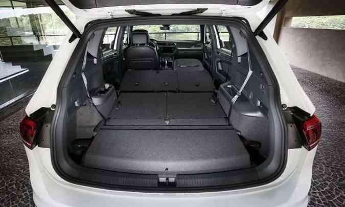Com todos os assentos rebatidos, assoalho é plano e é possível levar objetos longos(foto: Volkswagen/Divulgação)