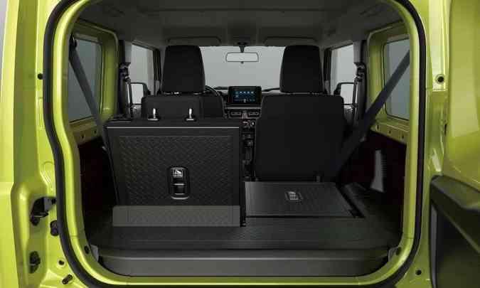 O espaço no porta-malas pode ser ampliado com o rebatimento do encosto do banco(foto: Suzuki/Divulgação)