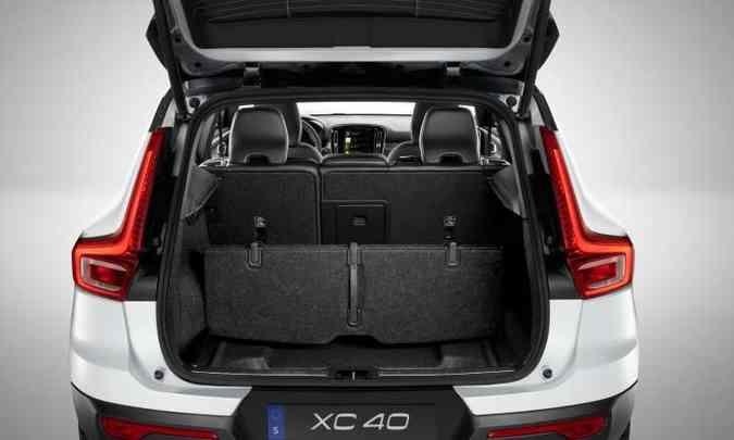 O porta-malas pode ter a capacidade aumentada com o rebatimento do encosto do banco traseiro(foto: Volvo/Divulgação)