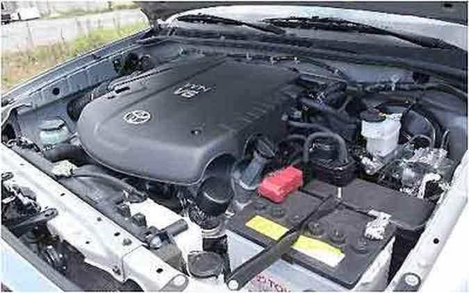 Parte superior do motor V6 4.0 é encoberta por plástico
