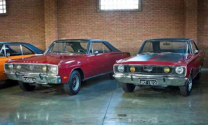 Dodge Charger R/T 1971 (à esq.) e 1972(foto: Ivan Carneiro/FCA/Divulgação)