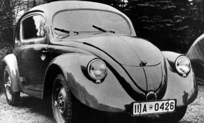 Uma das 30 unidades pré-série construídas entre 1936 e 1937 para testes de resistência, repare que não há para-choques e estribos, e a porta abre para trás(foto: Volkswagen/Divulgação)