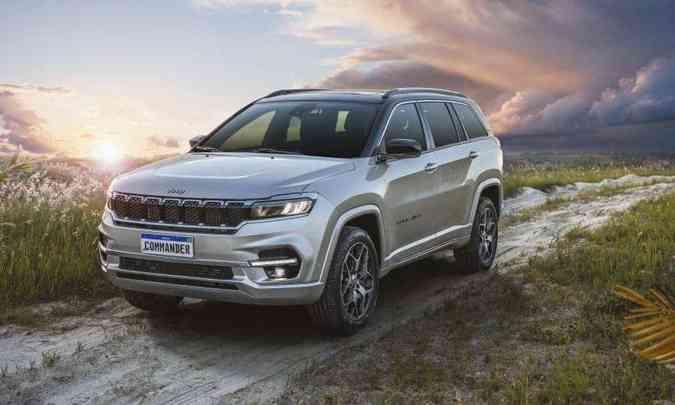 O SUV grande tem a frente com linhas horizontais, faróis full LED e a tradicional grade de sete fendas(foto: Jeep/Divulgação)
