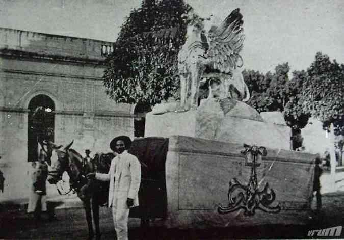 Carro Alegórico do clube Tenentes do Diabo: ' Dragão Alado', carnaval de 1915 (foto: Jornal