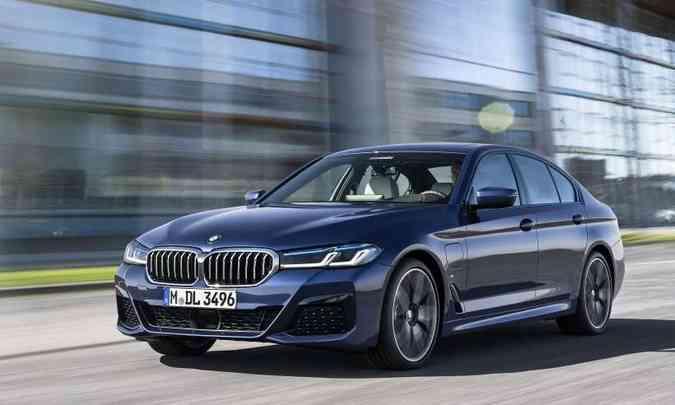 O sedã de linhas esportivas e sistema de propulsão híbrida começa a ser vendido na segunda quinzena(foto: BMW/Divulgação)