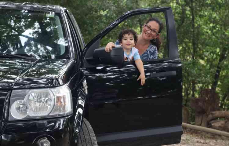 A arqueóloga Milena Duarte arranjou o jeito de levar o pequeno Benjamin, de 2 anos, junto com ela ao trabalho - Gabriel Melo / Esp. DP- CARRO