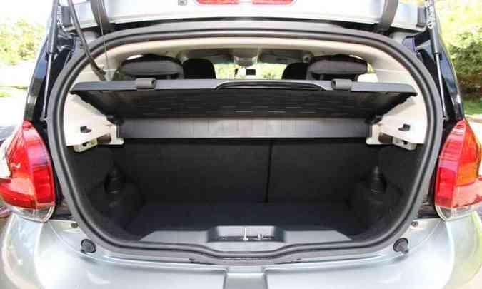 Porta-malas é pequeno e traz uma caixa para organizar melhor a bagagem; banco de trás pode ser rebatido para carregar volumes maiores(foto: Edésio Ferreira/EM/D.A Press)