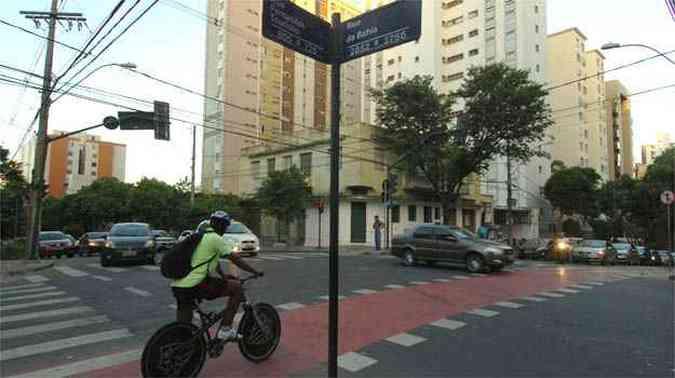 Ciclista tenta passar no cruzamento da Fernandes Tourinho com Bahia(foto: Ramon Lisboa/EM/D.A PRESS)