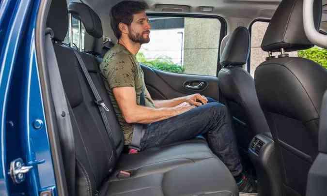 O banco traseiro teve o assento aumentado para apoiar melhor as pernas(foto: Nissan/Divulgação)