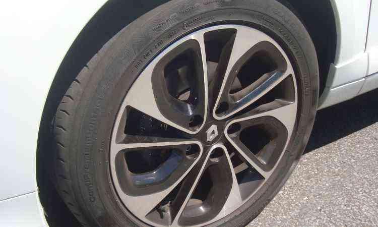 Rodas aro 17 tem design exclusivo, chamado de Akhiro Pragma pela Renault - Bruno Freitas/EM/D.A Press