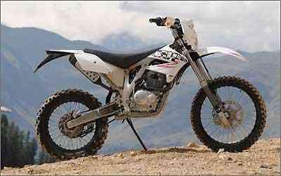 Todas as motos são equipadas com motor monocilíndrico com cerca de 25 cv -