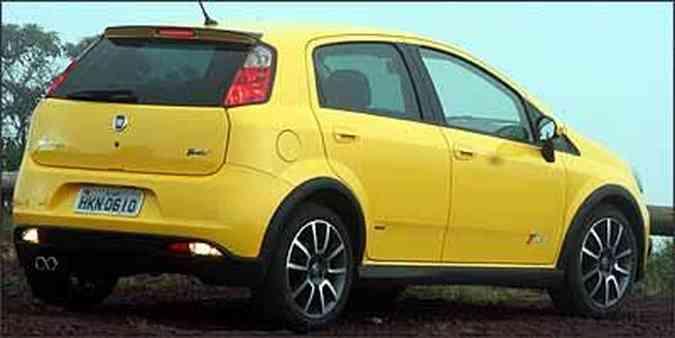 Com detalhes na cor preta, versão fica ainda mais invocada com as rodas maiores, pneus de perfil baixo e saída dupla do escapamento