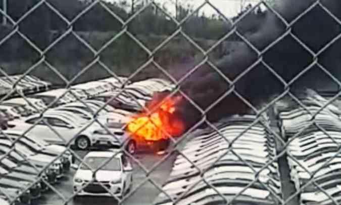 O primeiro caso ocorreu no pátio da fábrica da GM em Gravataí (RS), em setembro, quando uma unidade do Onix Plus pegou fogo enquanto era manobrada(foto: Reprodução da internet)
