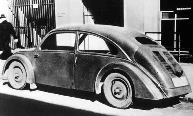 Este Porsche Tipo 32, feito para a NSU, é de 1933 e é considerado um precursor do Fusca; outro protótipo, o Tipo 12, projetado para a Zündapp, também é considerado um pré-Fusca, porém faltou dinheiro para essas empresas darem continuidade ao projeto (foto: Volkswagen/Divulgação)