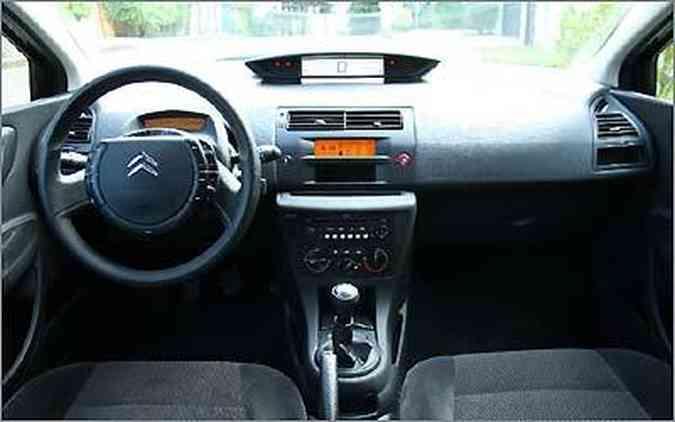 A versão básica do C4 ostenta o mesmo volante multifuncional e painel em LCD das mais caras