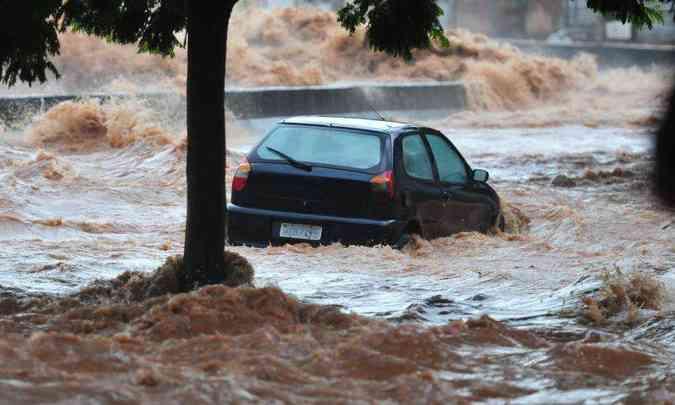 Transpor trechos alagados com o nível da água acima da metade da roda é muito perigoso(foto: Gladyston Rodrigues/EM/D.A Press)