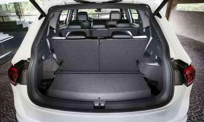Com a terceira fileira, porta-malas é de apenas 216 litros(foto: Volkswagen/Divulgação)