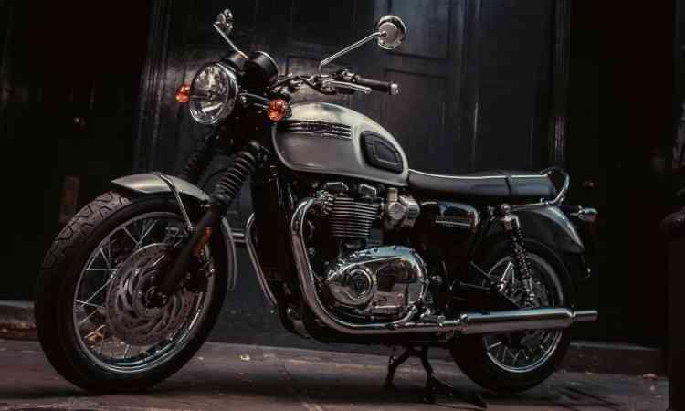 TRIUMPH T 120 DIAMOND Para comemorar os 60 anos da linha Bonneville, a inglesa Triumph desenvolveu a T 120 em edição limitada. O motor de dois cilindros em linha desenvolve 80cv. - Triumph/Divulgação