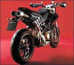 O motor tem a tradicional configuração de dois cilindros em V e comando desmodrômico -