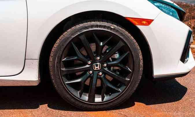 As rodas de liga leve são de 17 polegadas, pintadas em preto fosco(foto: Jorge Lopes/EM/D.A Press)