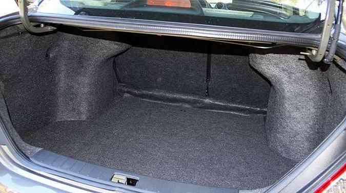 Porta-malas de boa capacidade pode ser aberto por dentro e por comando na chave(foto: Marlos Ney Vidal/EM/D.A Press)