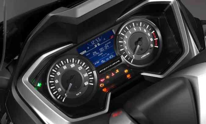 O painel tem dois mostradores analógicos redondos e uma tela digital entre os dois, com o computador de bordo(foto: Honda/Divulgação)