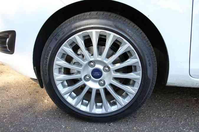 Rodas de liga aro 16 polegadas calçadas com pneus de perfil 50(foto: Marlos Ney Vidal/EM/D. A Press)