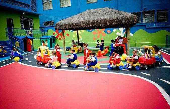 Com o uso de triciclos de plástico, a escola infantil Lúcia Casa Santa proporciona aos pequenos alunos os primeiros contatos com as regras e sinalização de trânsito, enquanto os mais velhos têm aulas na rua(foto: Juliana Gonzaga/Lúcia Santa Casa/Divulgação)