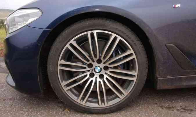 Apesar do pneu de perfil baixo, o rodar do sedã é suave(foto: Edésio Ferreira/EM/D.A Press)