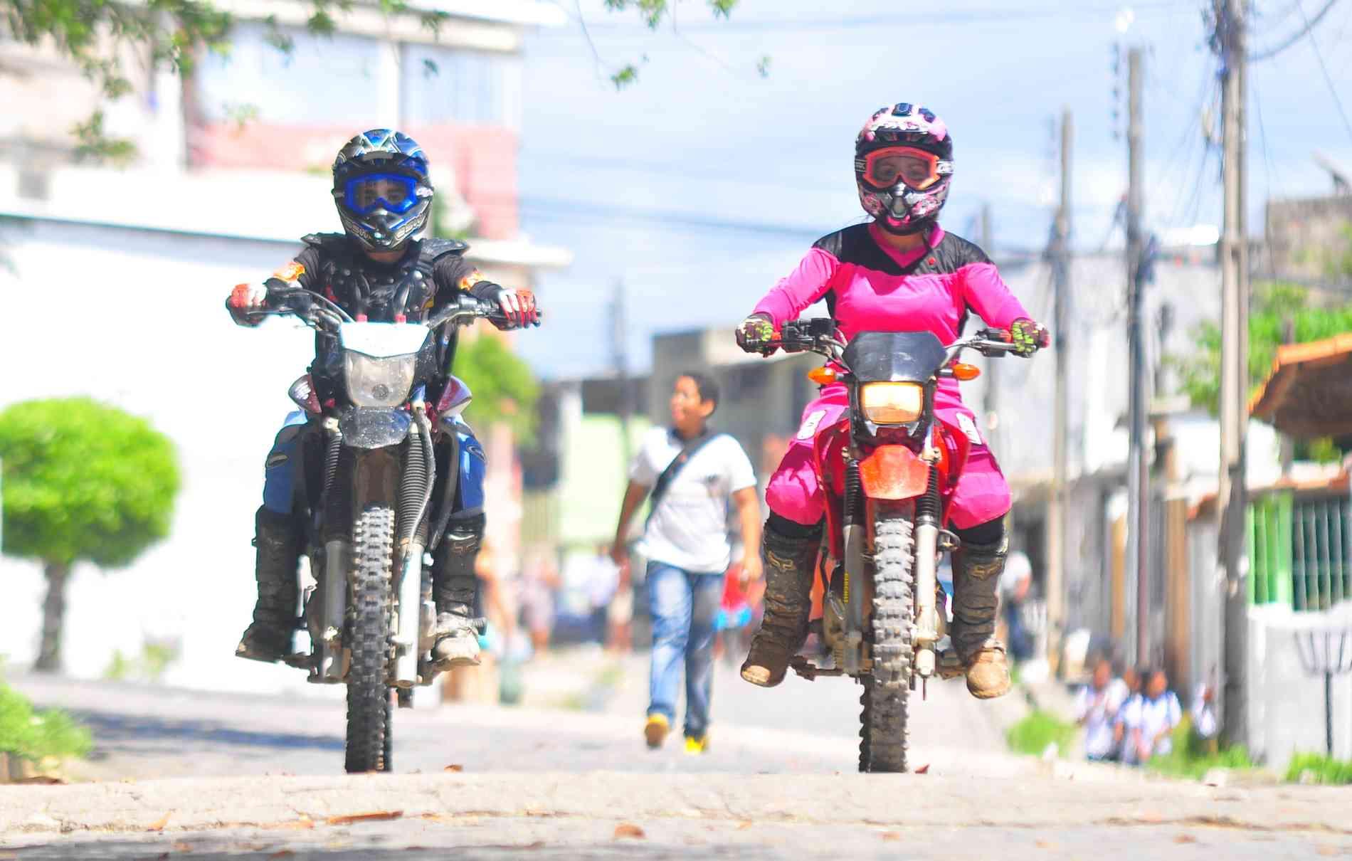 Mãe e filho, lado a lado, vivem o mundo sob duas rodas com amor e segurança - Maria Eduarda Bione/Esp.DP/D.A P