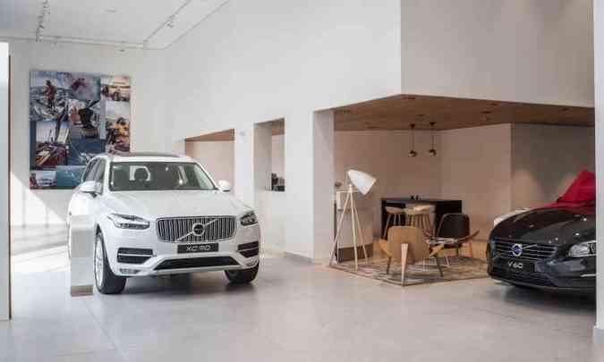 No show-room, lounge com móveis de design escandinavo, com os carros da marca(foto: Volvo/Divulgação)