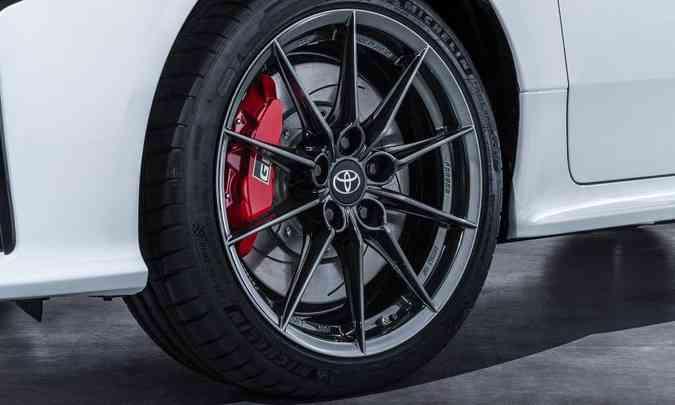 As rodas de liga leve de 18 polegadas deixam expostas as pinças de freio vermelhas com a sigla GR(foto: Toyota/Divulgação)
