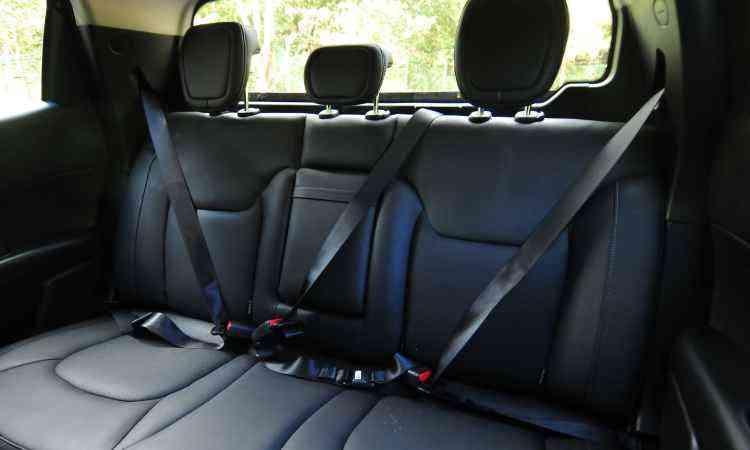 O espaço no banco traseiro é ideal para dois adultos, mas tem itens de segurança para três - Alexandre Guzanshe/EM/D.A Press