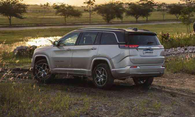 A versão Overland 4x4 tem todos os sistemas necessários para se sair bem no fora de estrada(foto: Jeep/Divulgação)