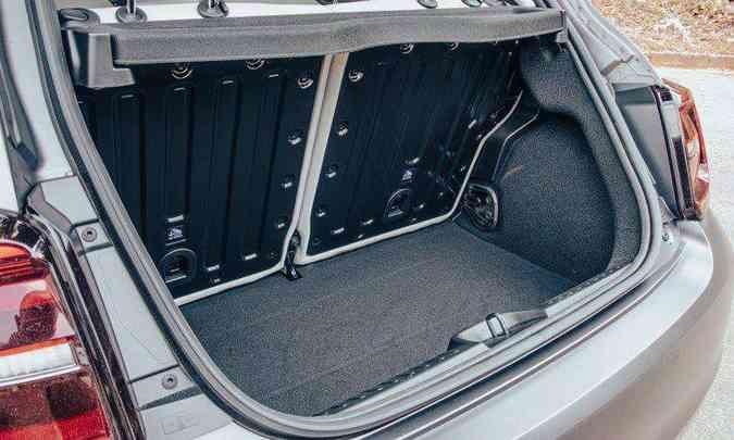 Com 185 litros de capacidade, o porta-malas comporta apenas pequenas malas e sacolas(foto: Jorge Lopes/EM/D.A Press)