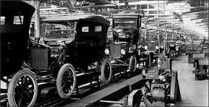 Linha de produção do Ford T, na fábrica de Detroit(foto: AFP - 1/1/1924)