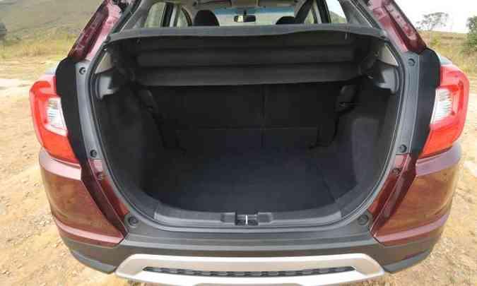 O porta-malas de 363 litros de volume tem bom tamanho para o porte do modelo(foto: Jair Amaral/EM/D.A Press)