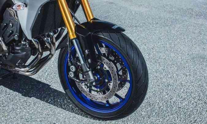 Os freios são ABS com duplo disco na dianteira(foto: Sthephan Solon/Yamaha/Divulgação)