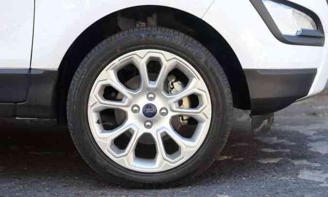 Rodas de 17 polegadas são de série na versão(foto: Leandro Couri/EM/D.A Press)