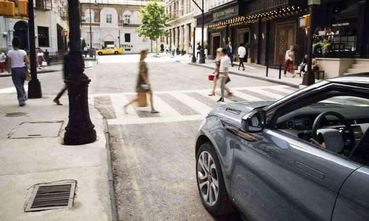 Modelo ganhou novos recursos tecnológicos que ajudam a evitar acidentes com pedestres - Land Rover/Divulgação