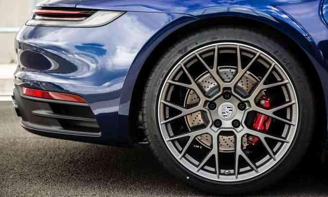 Rodas traseiras de 21 polegadas têm discos de freio ventilados(foto: Porsche/Divulgação)