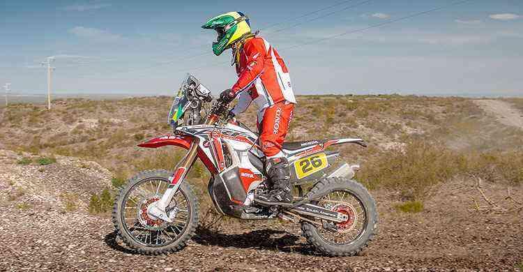 O piloto Jean Azevedo, com a Honda CRF 450 Rally, é o único brasileiro nas motos  - Divulgação