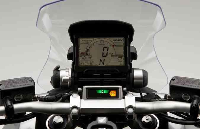 O painel é todo digital e vertical, como nas motos de rally(foto: Mário Villaescusa/Honda/Divulgação)